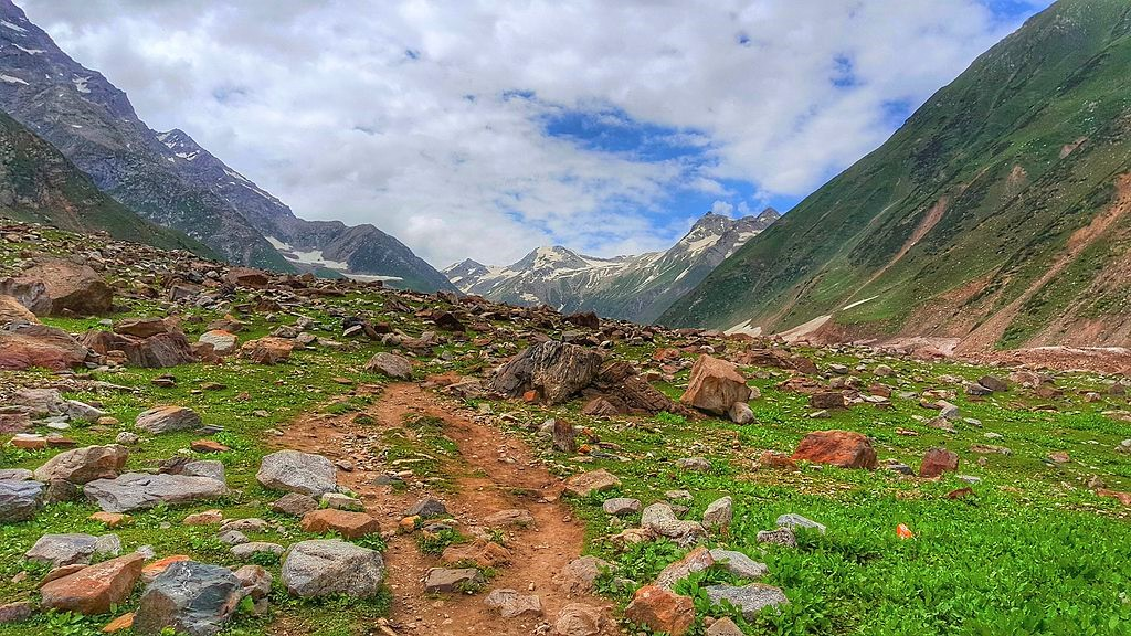 guide to pakistan trekking holidays - ansoo lake - image from cc commons wikipedia