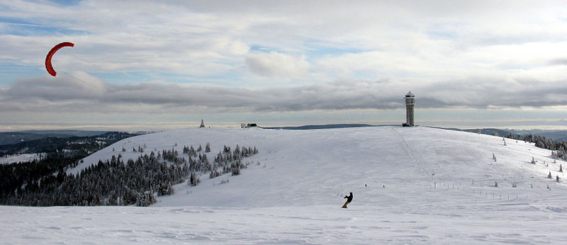 What is snowkiting & how do I learn to Snowkite? Wikimedia image by Andreas Schwarzkopf