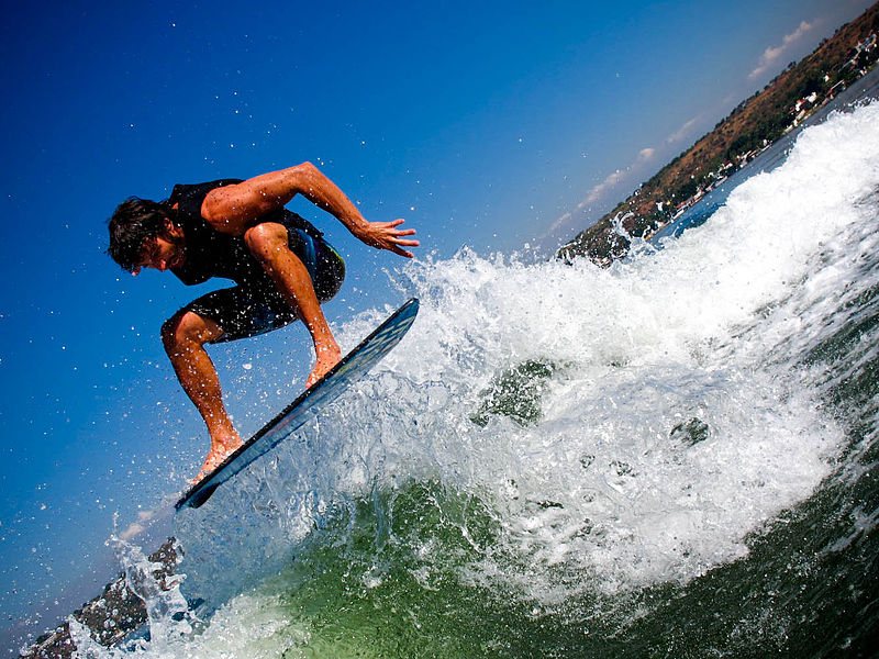 Different wakeboarding types Wikimedia image of wakesurfing by MirandaUrbina