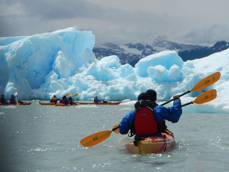 Canoe vs kayak Wikimedia image by David Uriarte
