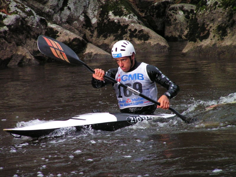Canoe vs kayak Wikimedia image by Ludovic Rivallain