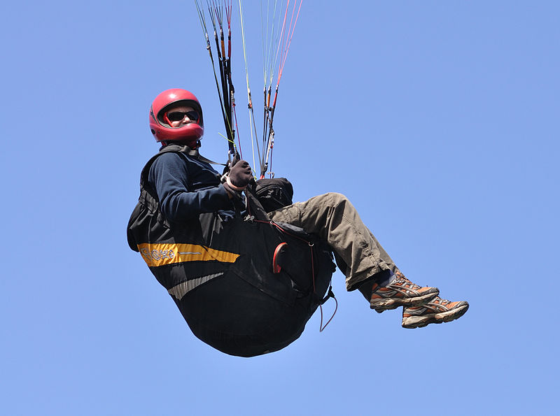 Guide to paraglider harness fitting Wikimedia image by Quartl