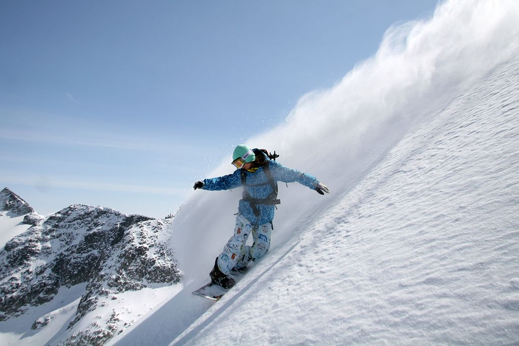 Backcountry snowboarding tips off-piste and out of bounds Wikimedia CC image by Fusaki Iida