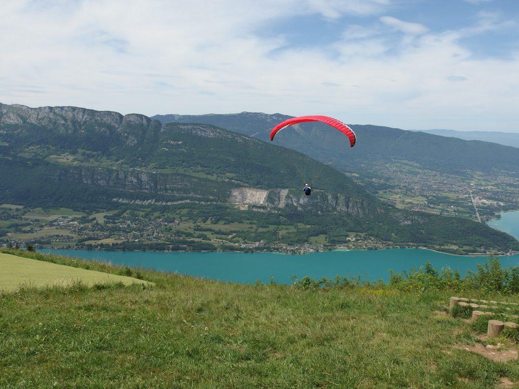 Paraglide european style - annecy - Flckr CC image by Guilhem Vellut