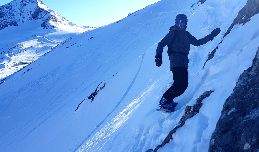 Sketchy traverse while backcountry snowboarding in Kitzsteinhorn Kaprun