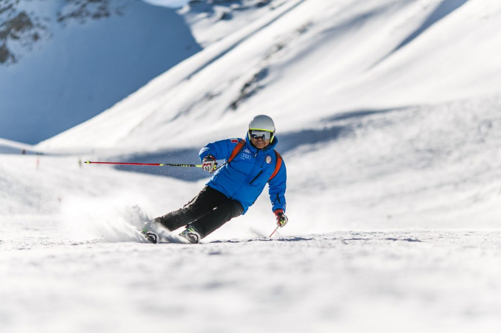 Review of different types of midlayers for skiing Pexels royalty free image