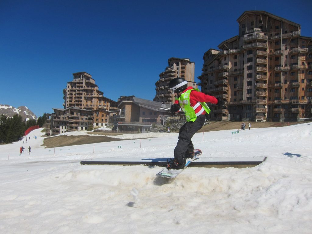 Private kids snowboard lessons in Morzine Avoriaz Les Gets Chatel