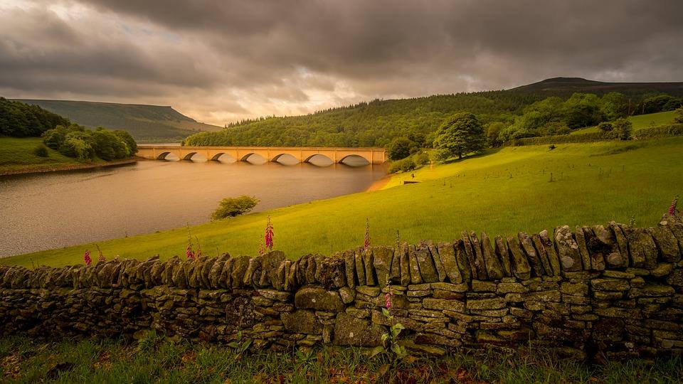ladybower reservoir Derwent Valley best british trekking Pixabay royalty free image