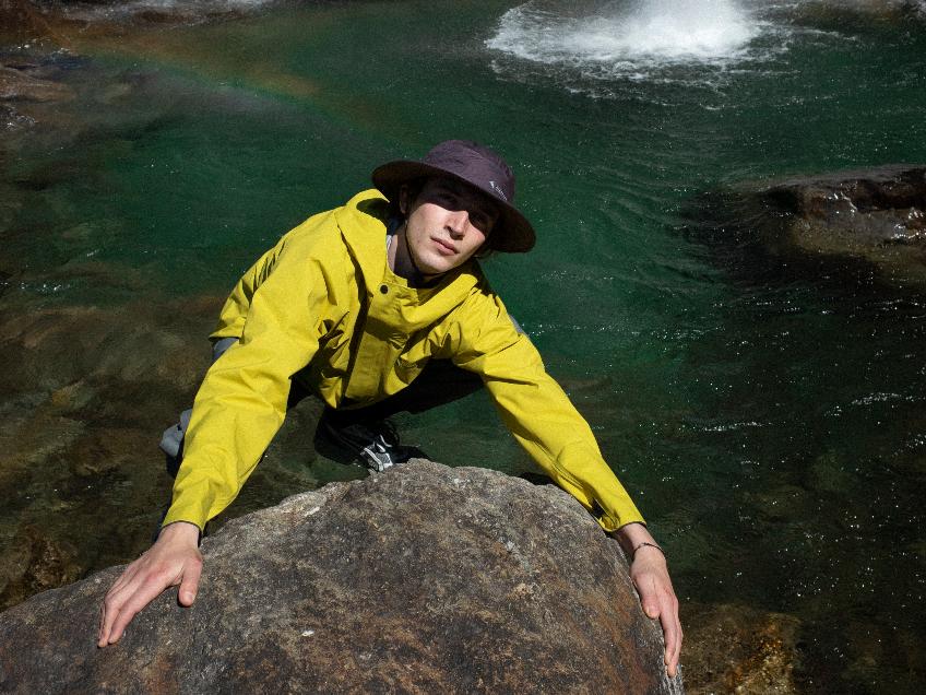 Climber wearing yellow Asynja jacket